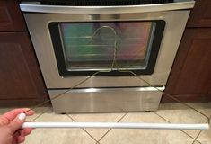 How to have a clean oven without taking it apart or paying a repair person. Get baked on food out from in between the glass door this oven cleaning HACK. Oven Cleaning Hacks, House Cleaning Tips, Diy Cleaning Products, Spring Cleaning, Clean Oven Door, Best Oven, Food Out, Led Mirror, Homemaking