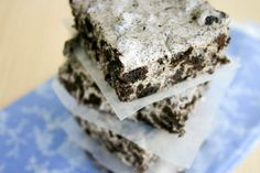 Why haven't I thought of this before? Chewy No-Bake Cookies & Cream Bars 1 package of Oreo cookies 5 cups bag) of large marshmallows 4 tablespoons butter Oreo Treats, Marshmallow Treats, Yummy Treats, Sweet Treats, No Bake Desserts, Just Desserts, Delicious Desserts, Dessert Recipes, Yummy Food
