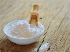 Baking soda does a whole lot more than make batter rise! Pull out that baking so… - Beauty Tipps und Tricks Natural Cures, Natural Health, Health Remedies, Home Remedies, Diabetes Remedies, Deodorant Bio, Natural Deodorant, Halitosis, Baking Soda Uses