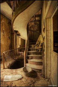 if this is a back staircase, i wonder what the front ones looked like! Abandoned chateau near Paris - a back staircase Abandoned Buildings, Abandoned Castles, Abandoned Mansions, Old Buildings, Abandoned Places, Beautiful Buildings, Beautiful Places, Passage Secret, Balustrades