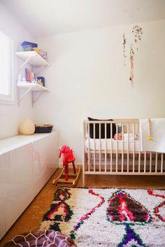 我們看到了。我們是生活@家。: 位在加州Davis有著寬敞的後院,漂亮的經典傢俱與豐富花色的地毯,Ashley與 Aron 的家!