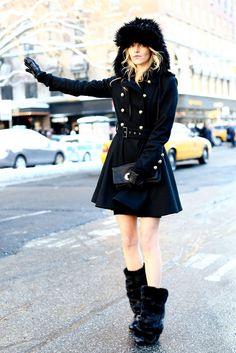 Caperucita negra  Toda una caperucita de ciudad con abrigo negro militar abotonado y botines de piel.
