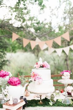 This beautiful Alice In Wonderland themed real couple shoot is a.dorable! Brought to us by talented wedding stylist Emily Santome and captured perfectly by Kristen Kay Photography, it will inspire you with its super pretty quirkiness and very much in love couple...