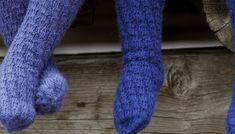 SPIRALSOKKER: Sokkene er enkle for barna å ta på selv fordi de ikke har hæl. Diy Crafts Knitting, Baby Barn, How To Purl Knit, Slipper Boots, Leg Warmers, Knitting Patterns, Knitting Ideas, Mittens, Children