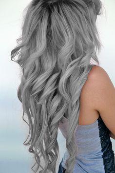 Cabello largo; ondulado y de color gris