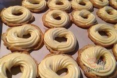 Luxusní vanilkové věnečky se šlehačkou polité čokoládovou polevou | NejRecept.cz Doughnut, Food, Essen, Meals, Yemek, Eten
