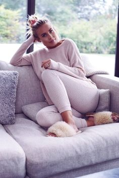 Light Grey Sweater Light Grey Leggings Pink Slippers Long Straight Hair Neutral Hair Accessory Gold Ring Gold Earring - studish Thin neude blankie Date: 25 May Cute Lounge Outfits, Lazy Day Outfits, Chill Outfits, Mode Outfits, Casual Outfits, Fashion Outfits, Pastel Outfit, Pyjamas, Loungewear Outfits