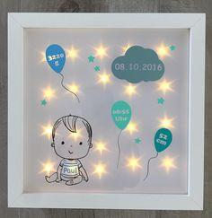 Ihr erwerbt hier einen tollen, individuell gestalteten Bilderrahmen mit einem Babyjungen oder Babymädchen, Geburtsdaten und Beleuchtung im Hintergrund. Eine tolle Geschenkidee zur Geburt, Taufe oder zum Geburtstag, auch hervorragend geeignet als Nachtlicht. Der weiße Rahmen hat