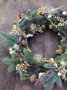 Christmas Door Wreaths, Christmas Flowers, Noel Christmas, Country Christmas, Holiday Wreaths, Winter Christmas, Christmas Crafts, Christmas Decorations, Natural Christmas