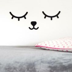 De prachtige houten sleepy eyes met een schattig snoetje zijn er! Ze zijn heel mooi als decoratie boven het babybedje. Je kan kiezen uit de kleuren: zwart, wit, mint, roze of goud. http://www.kidsboetiek.com/a-43677251/decoratie/sleepy-eyes-muurdecoratie/