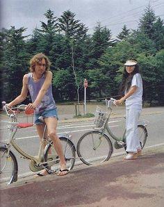 John Lennon and Yoko Ono ride bikes in Karuizawa. Foto Beatles, Les Beatles, John Lennon Beatles, John Lennon Yoko Ono, Jhon Lennon, Rock Poster, Step Kids, The Fab Four, Ringo Starr