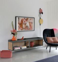 Daar is hij dan, het ondergeschoven kindje van ons interieur: de wand die nooit iemand te zien krijgt, het doorkijkje dat nooit vastgelegd wordt. Simpelweg omdat daar altijd dat grote zwarte vlak, ook wel 'televisie' genoemd, hangt. En zeg nou zelf, het is een ontsierend groot ding waar we liever niet naar kijken als hij… Tv Options, Love Is Comic, Entryway Bench, Gallery Wall, Colours, Living Room, Storage, Frame, House