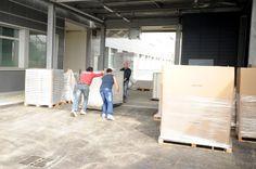 06 maggio 2014 Arrivo dei bancali con  i nuovi mobili degli uffici amministartivi e prime fasi di montaggio