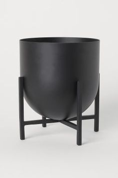 Metal plant pot with a rounded base on a painted metal pedestal. Pot diameter 6 in., height 6 in. Total height 8 in. Large Plant Pots, Large Plants, Potted Plants, Indoor Plants, Pedestal, Schwarz Home, Grand Vase En Verre, Fragrant Candles, H&m Home