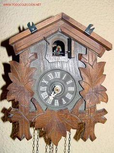 Reloj de madera tallada.