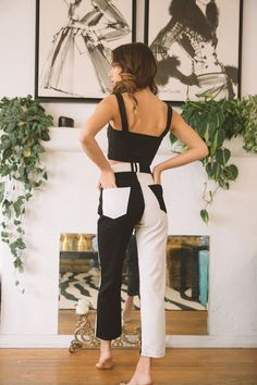 Descubra 5 dicas para apostar na tendência dos looks bicolores, que tem tudo para conquistar a moda em 2021 e 2022. Looks bicolores street style. Look com calça bicolor street style como usar. Bicolor pants street style. Two-tone pants white and brown street style. Calça bicolor branco e preto. Looks coloridos street style. Jeans Trend, Denim Trends, Looks Style, Looks Cool, Looks Pinterest, Mode Jeans, Vetement Fashion, Fall Jeans, Effortless Chic