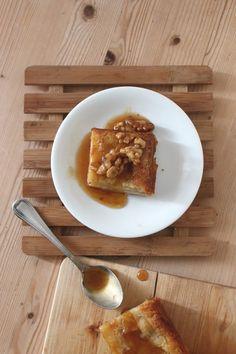Recette de gâteau aux poires, façon mille feuilles. Des couches de poires très fines recouvertes par un glaçage coulant caramel à la cassonnade et aux noix