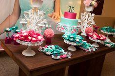 Agora foi a vez da Topiaria com mini flores para decorar a mesa principal na…