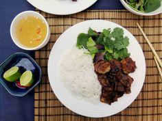 Bún chả - vietnamský grilovaný bůček s nudlemi, salátem a bylinkami // Ochutnejte svět - blog mezinárodní kuchyně