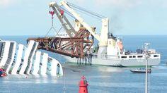 Posa delle piattaforme che andranno a fare da sostegno alla nave una volta raddrizzata ..