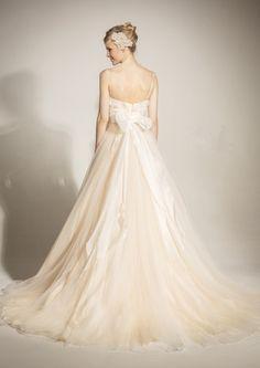 Verde(ヴェルデ) ニュアンスカラー エンパイア ウェディングドレス(バックスタイル)