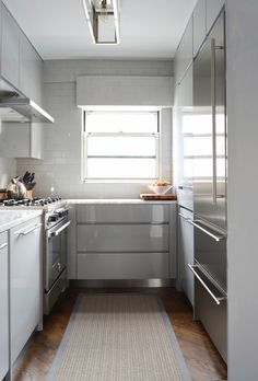 Modern kitchen features gray lacquered cabinets paired with white marble countertops and full height subway tiled backsplash. Fresco, Small Home Offices, Cocinas Kitchen, New York Homes, Compact Kitchen, Traditional Bedroom, Decoration, Kitchen Remodel, Small Spaces