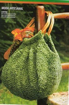Lindísimo bolso tejido a crochet con manijas de madera o caña. Ideal para usar todos los días.