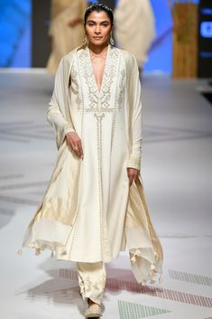 LFW 2019 Anita Dongre collection has lehengas all priced under INR If you are looking for some pre-wedding designer lehengas, then this post is for you Lakme Fashion Week, India Fashion, Look Fashion, Fashion Weeks, Milan Fashion, Kurta Designs, Blouse Designs, Lehenga Choli, Anarkali