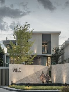 4 Beautiful and Modern Villa Exterior Design Ideas - Looking to build a beautiful and modern villa on the land you just bought? Check this for some ideas on how modern villa exterior design may inspire you. Architecture Design, Plans Architecture, Facade Design, Roof Design, Fence Design, Staircase Design, Exterior Design, Modern Entrance, Entrance Design