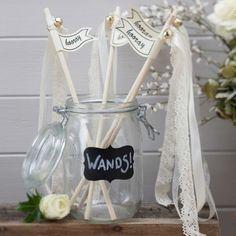 Wedding Wands - Tolle Alternative zu Reis: Stäbe mit Glöckchen dran, die hell erklingen, wenn das Brautpaar aus der Kirche oder dem Standesamt tritt!