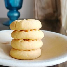 Just 4 ingredients go into these simple, delicious cookies made with custard powder! Basic Cookies, Sweet Cookies, Delicious Cookies, Custard Cookies, No Flour Cookies, Custard Biscuits, Cheese Cookies, Almond Cookies, Cookies Ingredients