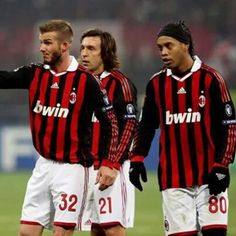 """""""Y bien aburrido el sexto día por la tarde, Dios creo el fútbol, y le concedió tres gracias al AC Milan: David Beckham, Andrea Pirlo y el popular Ronaldinho Gaúcho""""."""