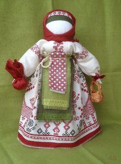 Кукла-оберег берегиня в расписанной народными мотивами одежде