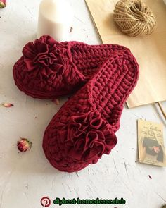This is a step by step 48 minu Crochet T Shirts, Crochet Gifts, Easy Crochet, Knit Crochet, Crochet Sandals, Crochet Shoes, Crochet Clothes, Crochet Slipper Pattern, Crochet Patterns