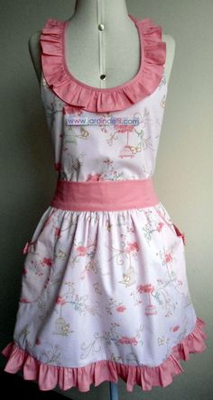 This Pin was discovered by Lup Retro Apron, Aprons Vintage, Homemade Aprons, Flirty Aprons, Apron Tutorial, Childrens Aprons, Gardening Apron, Apron Designs, Linen Apron