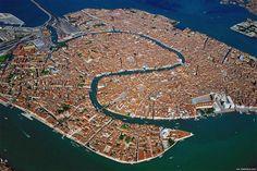 Todo o panorama geográfico da cidade de Veneza nesta fotografia aérea. São 117 pequenas ilhas separadas por canais e ligadas por pontes e está localizada na pantanosa Lagoa de Veneza, que se estende ao longo da costa entre as bocas dos rios Po e Piave.