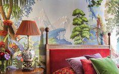 #excll #дизайнинтерьера #решения Кроме текстиля и обоев, De Gournay также создают мебель и предметы декора из форфора, сделанные вручную. В спальне владельца компании мы видим кровать, которая является репликой кровати Наполеона и репродукции китайских настольных ламп.