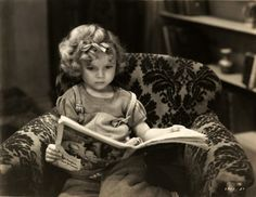 One of my absolute childhood faves.used to watch marathons of Shirley! Shirley Temple : The most famous child actress in the history of film. Child Actresses, Actors & Actresses, Classic Hollywood, Old Hollywood, Hollywood Homes, Shirley Temple, Celebrities Reading, Old Movie Stars, She Movie