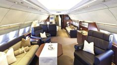 Weltweit gibt es etwa 300 Privatjets in der Größenordnung von Boeing 737 oder Airbus A320, wie sie bei Fluggesellschaften auf Mittelstrecken eingesetzt werden. Im VIP-Bereich von Lufthansa Technik in Hamburg hat man sich darauf spezialisiert, Mittel- und Langstreckenflugzeuge für betuchte Privatkunden umzurüsten ...