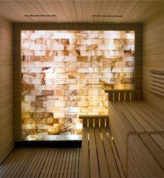 #SaunaDesign -  Eine Wand aus Salzsteinen gibt dieser Sauna ein besonderes Flair