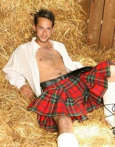 Man in a kilt in the hay stack! Under The Kilt, Look Fashion, Mens Fashion, Men Dress Up, Scottish Man, Men In Kilts, Kilt Men, Komplette Outfits, Hommes Sexy