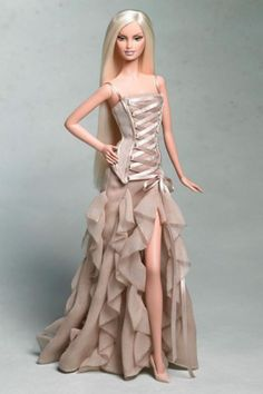 Versace Barbie came out in a gown that shows one leg. Barbie Designers - View Collectible Barbie Dolls By Famous Designers Barbie Und Ken, Barbie Mode, Barbie Vintage, Vintage Dolls, Vintage Sewing, Barbie Dress, Barbie Clothes, Barbie Gowns, Dior Dress