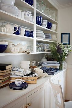 Shabby Chic Interior Design Ideas For Your Home Beach House Kitchens, Home Kitchens, Interiores Shabby Chic, Shabby Chic Interiors, White Dishes, Decoration Table, Camilla, Open Shelving, Kitchen Decor