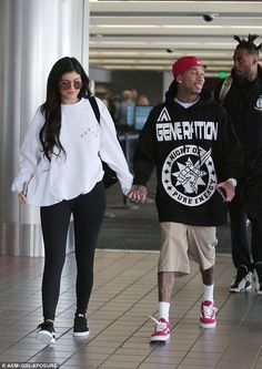 for Kylie Jenner! Tyga plays the doting boyfriend Kisses for Kylie Jenner! Tyga plays the doting boyfriendKisses for Kylie Jenner! Tyga plays the doting boyfriend Kylie Jenner Tyga, Tyga And Kylie, Estilo Kylie Jenner, Kylie Jenner Outfits, Kardashian Jenner, Kendall, Kylie Co, Maquillage Kylie Jenner, Streetwear