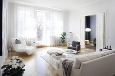 Sohva on italialaisen Moltenin mallistoa. Valkoinen italialainen kuutiohylly on hankittu aikoinaan Funktiosta. Se on moduulikaluste, joita voisi hankkia lisää. Valkoinen matto on Ikeasta. Valkoiset puffijakkarat ovat olleet Lindexin sovituskopin istuimet. Ne on hankittu antiikkiliike Fasaanista. Valkoinen pyöreä pöytä on Innon.