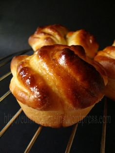 Brioche with chocolate centres! Donut Recipes, Pastry Recipes, Cooking Recipes, Croissants, Brioche Russe, Levain Bakery, Bread Shaping, Chicken Wing Recipes, International Recipes