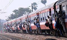 ชาวอินเดียห้อยโหนออกมาจากประตูรถไฟที่อัดแน่นด้วยฝูงชน เนื่องจากต้องเร่งรีบกลับบ้านเกิด เพื่อให้ทันเทศกาล 'ชัธ พูจา' (Chath Puja) พิธีสักการะเทพพระอาทิตย์ ของศาสนาฮินดู...