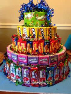 How to Make a Candy Cake for Kids Birthday Parties Candy Birthday Cakes, Cute Birthday Gift, Candy Cakes, Friend Birthday Gifts, Diy Birthday, Birthday Parties, Candy Gift Baskets, Raffle Baskets, Candy Gifts