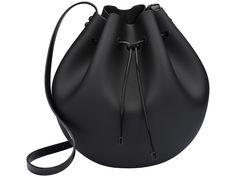 O modelo saco ganha a sua versão no plástico, ainda mais prática. Melissa Shoes, Types Of Handbags, Leather Bag Pattern, Backpack Bags, Tote Bag, Cute Slippers, Latest Handbags, Clutches For Women, Mini Bag
