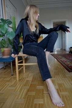 Black silk shirt always looks great in any outfit! Black Silk Shirt, Black Jeans, Space Matters, Look Fashion, Fashion Outfits, Gothic Fashion, Fashion Gone Rouge, Style Personnel, Garance